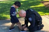 Cậu bé chơi trong công viên được chú cảnh sát