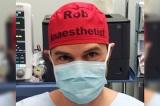 Một bác sĩ viết tên lên mũ không ngờ lại mang đến lợi ích cho thế giới
