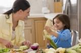 Trẻ nhỏ thực sự muốn giúp việc nhà và cha mẹ nên để con làm