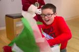 """""""Hy sinh"""" máy chơi game để giúp đỡ người vô gia cư, cậu bé tốt bụng nhận được món quà Noel bất ngờ"""