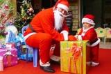 Tặng quà Giáng Sinh cho trẻ