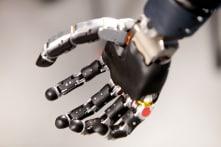 Florida: Người đàn ông đầu tiên được trang bị cánh tay robot điều khiển bằng ý nghĩ