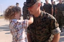 Nghi thức trao huy hiệu đáng yêu nhất cho người lính thủy quân Mỹ được thăng cấp (Video)