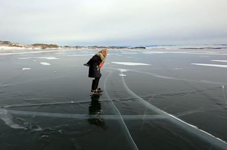 Cụ bà 76 tuổi sống một mình và hằng ngày trượt băng quanh hồ Baikal