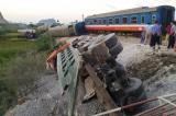 Vụ lật tàu làm 2 người chết: Khởi tố hai nhân viên gác chắn