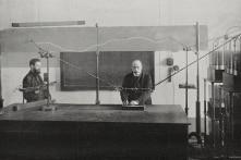 Tiêu chuẩn nào để đánh giá phẩm chất khoa học của giáo sư?