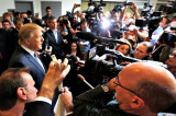 Tong thong Donald Trump tra loi phong van truyen thong