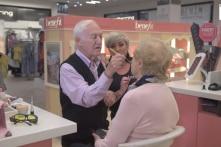 Câu chuyện cảm động phía sau cụ ông 84 tuổi vào cửa hàng trang điểm