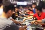 Buffer miễn phí, hàng trăm thực khách tranh nhau gắp đồ ăn