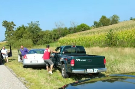 Mỹ: 3 tài xế xa lạ cùng hợp tác chặn 'chiếc xe nguy hiểm' trên cao tốc