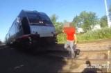 """Cảnh sát Mỹ """"chạy nước rút"""" ngăn cản xe lửa để cứu người"""