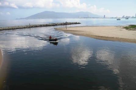 Nước biển đen ngòm tại Đà Nẵng: Đã có kết quả xét nghiệm