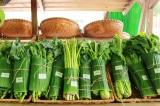 Sau Thái Lan, một số cửa hàng ở Việt Nam cũng gói rau bằng lá chuối