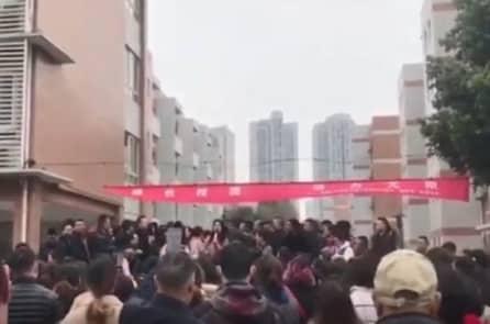 Trung Quốc: Phụ huynh biểu tình vì trường học sử dụng thực phẩm bẩn, quá hạn