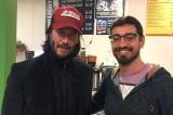 Sao Keanu Reeves thân thiện giúp đỡ mọi người trong chuyến bay gặp sự cố
