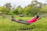 Vì sao bạn lại ngủ ngon hơn khi nằm võng?