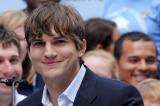 Sao Hollywood Ashton Kutcher bận rộn cứu người trong thầm lặng