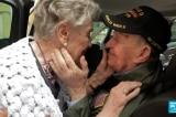 Cuộc hội ngộ xúc động của cựu chiến binh Mỹ và mối tình đầu sau 75 năm