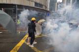 """Video: Người biểu tình Hồng Kông vô hiệu hóa lựu đạn cay trong """"1 nốt nhạc"""""""