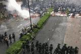 Người Hồng Kông biểu tình trong mưa, cảnh sát lần đầu tiên điều động xe vòi rồng