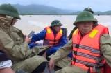 Đoàn công tác cán bộ huyện bị rơi xuống sông khi đang thị sát vùng lũ