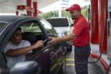 Người dân Venezuela mua xăng bằng thuốc lá, gạo và kẹo