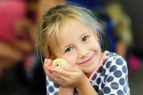 """Chính quyền Indonesia cổ vũ trẻ em """"nuôi gà con"""" thay vì chơi điện thoại"""