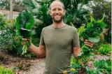Người đàn ông chỉ ăn thức ăn tự trồng hoặc tìm thấy trong tự nhiên